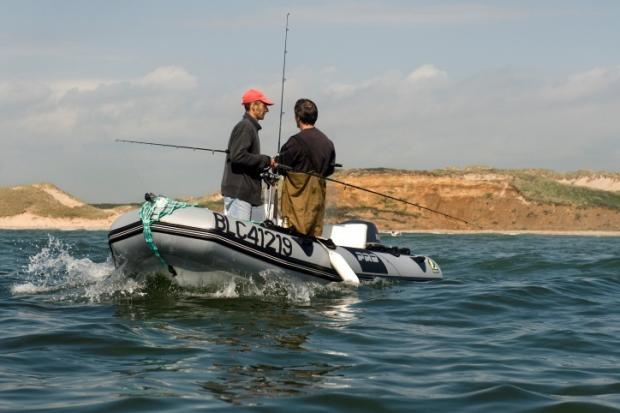 Laurent Mignaux/METL-MEDDE (2009). Pêcheurs embarqués à la ligne le long du littoral de la Manche (Pasde-Calais)